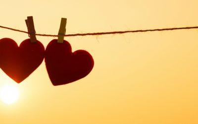 Amor 'compra' mais felicidade que dinheiro, diz estudo de universidade britânica